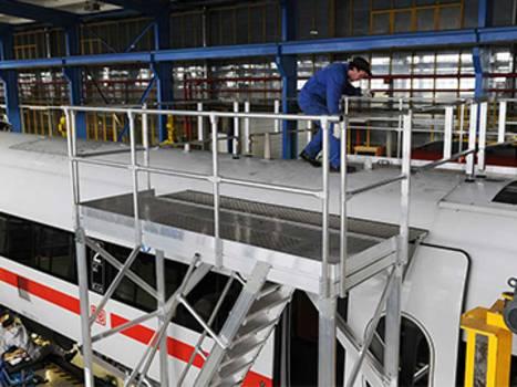 Fahrbare Wartungsbühne als Zugangslösung für Arbeiten an Zugdächern