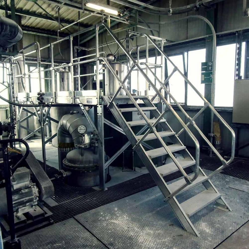 Aluminium Arbeitsbühne zur Maschinenwartung. Produziert in unserem Werk in Alsfeld