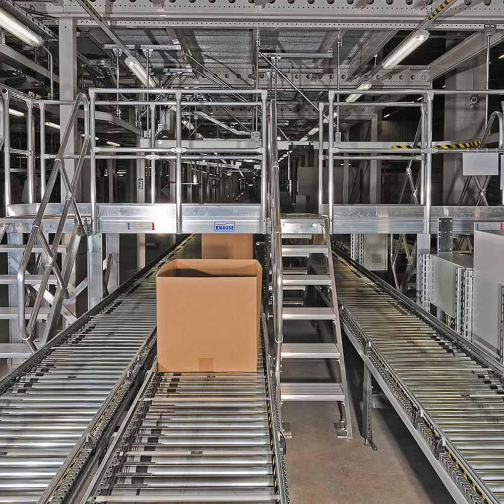 Ein an Transportbänder angepasster Überstieg mit mehreren Treppen