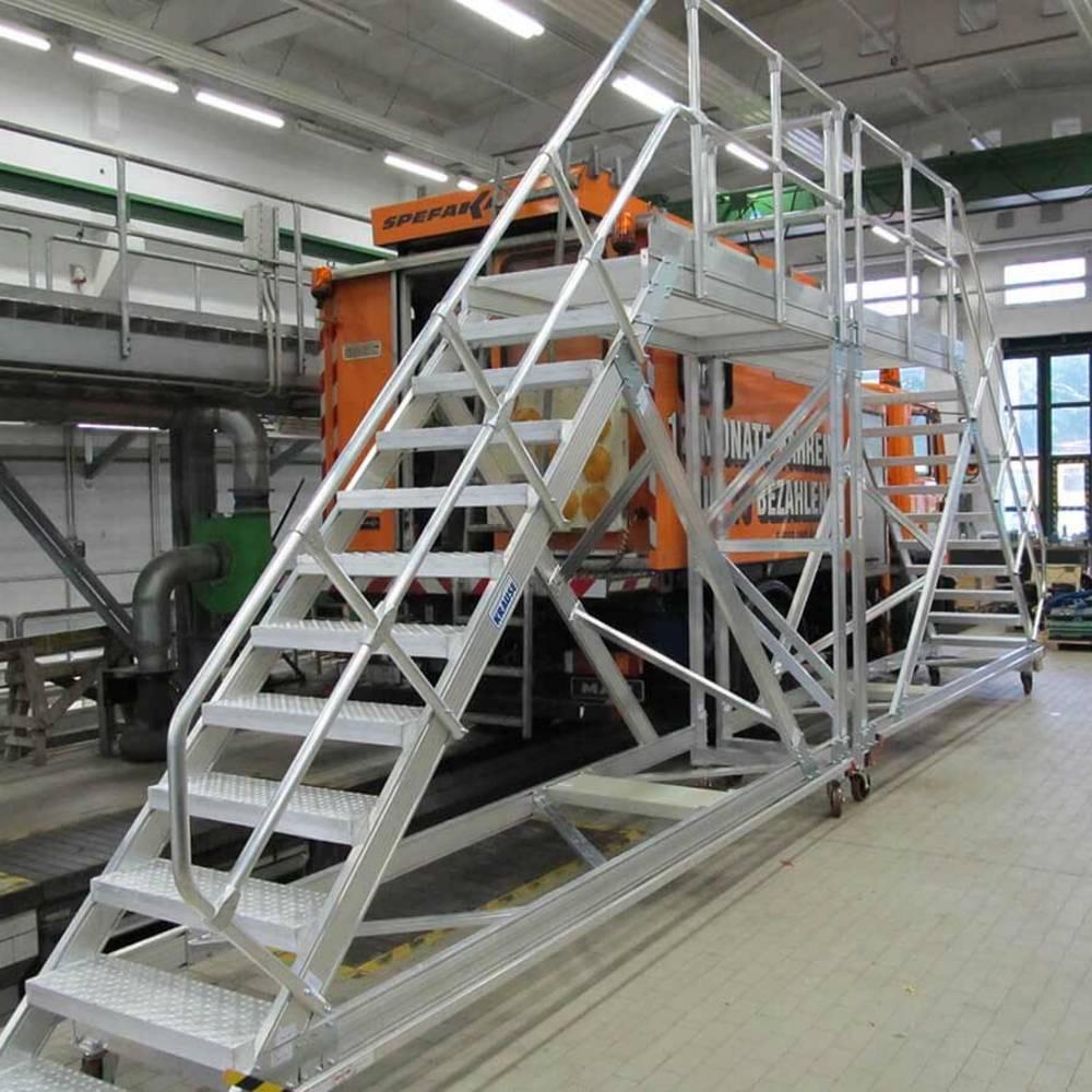 Zwei kombinierte Plattformtreppen fahrbar, inklusive Ersatzteile und Zubehör