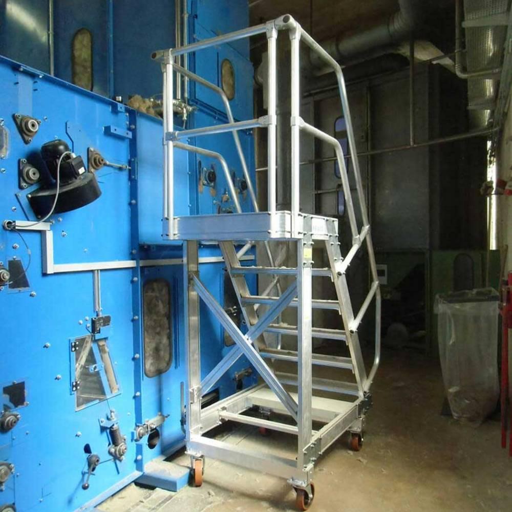 Instandsetzungsarbeiten mit der fahrbaren Plattformtreppe