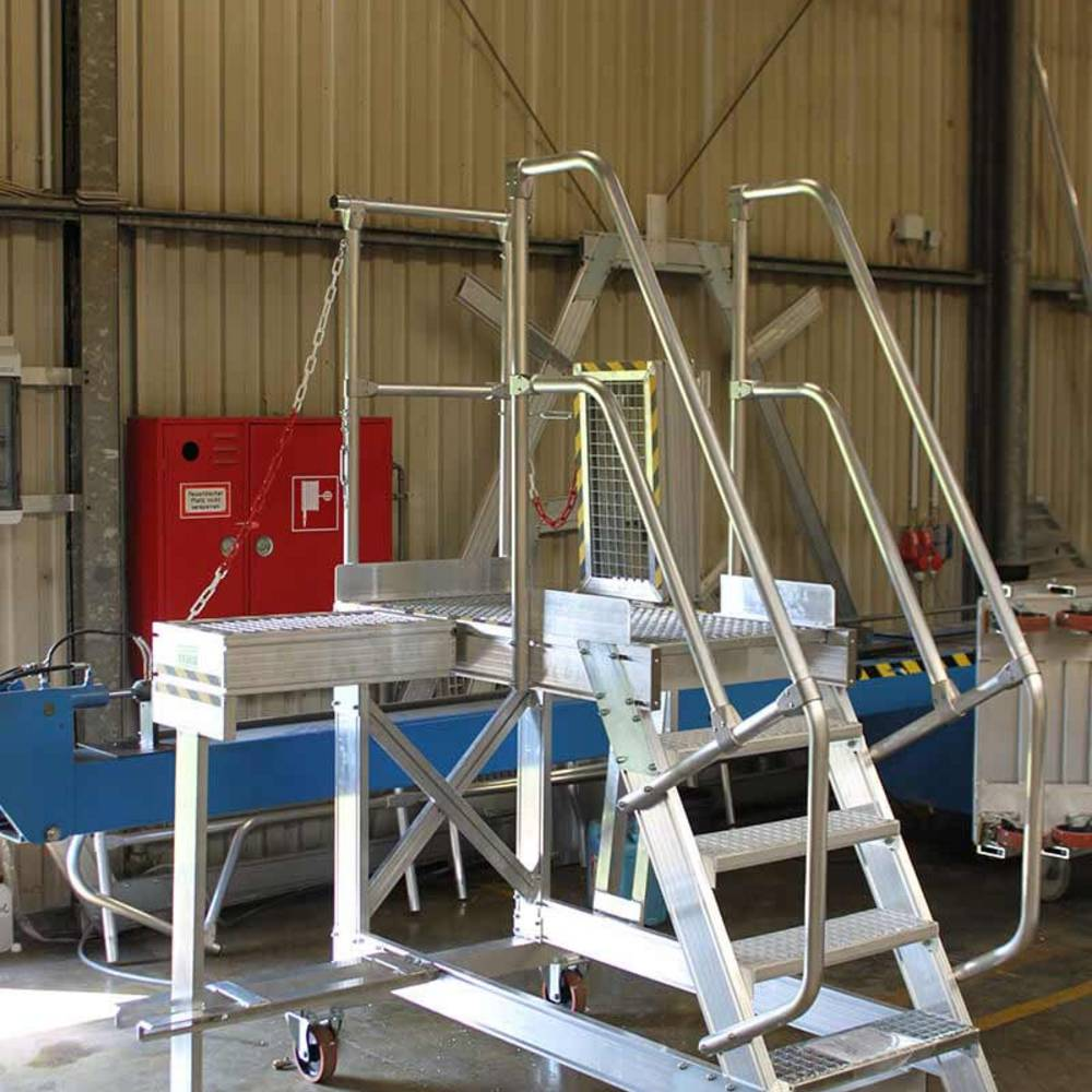 Fahrbare Plattformtreppe mit Zentralbremse als Alternative zu Leitern