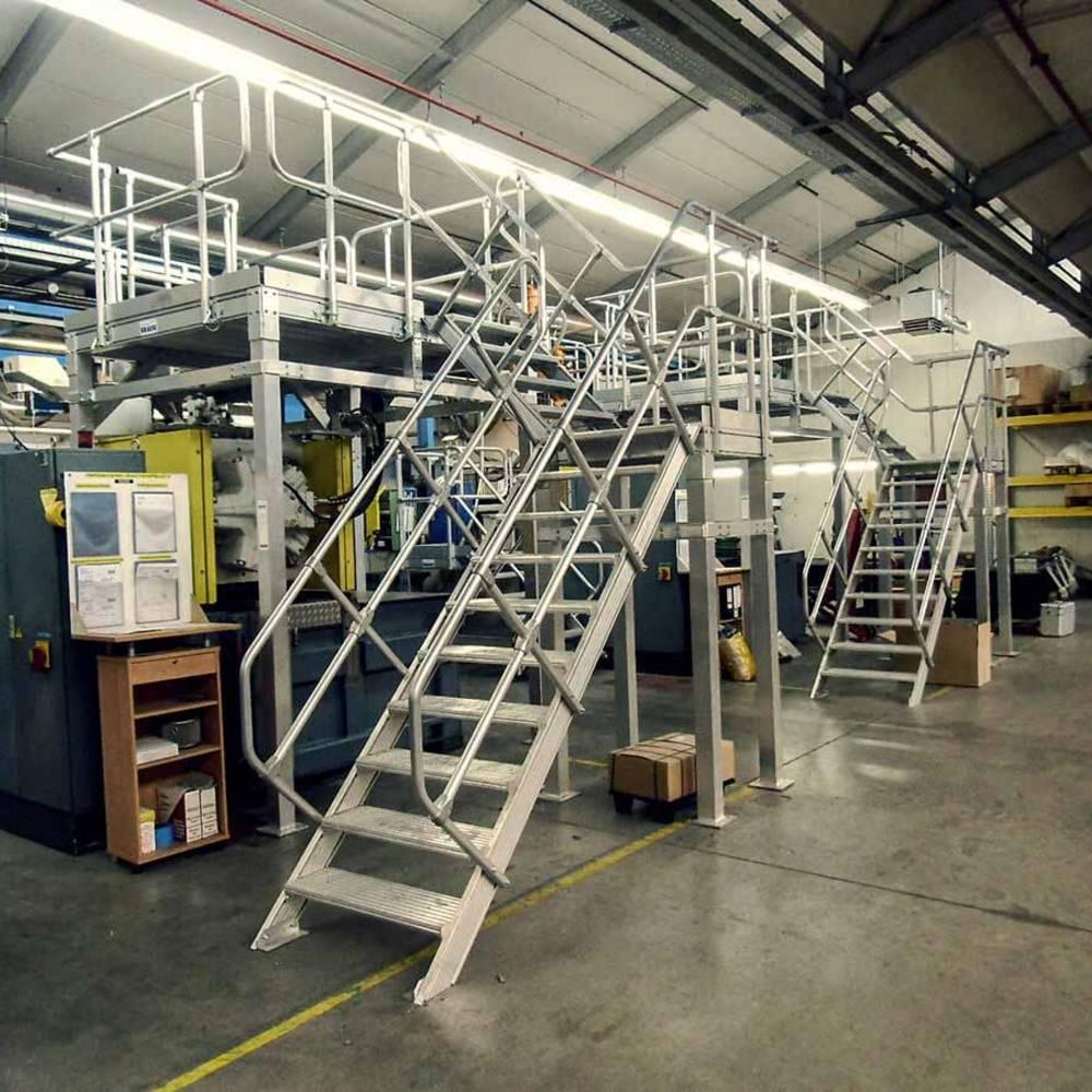 Stationäre Arbeitsbühnen mit Treppenaufgang