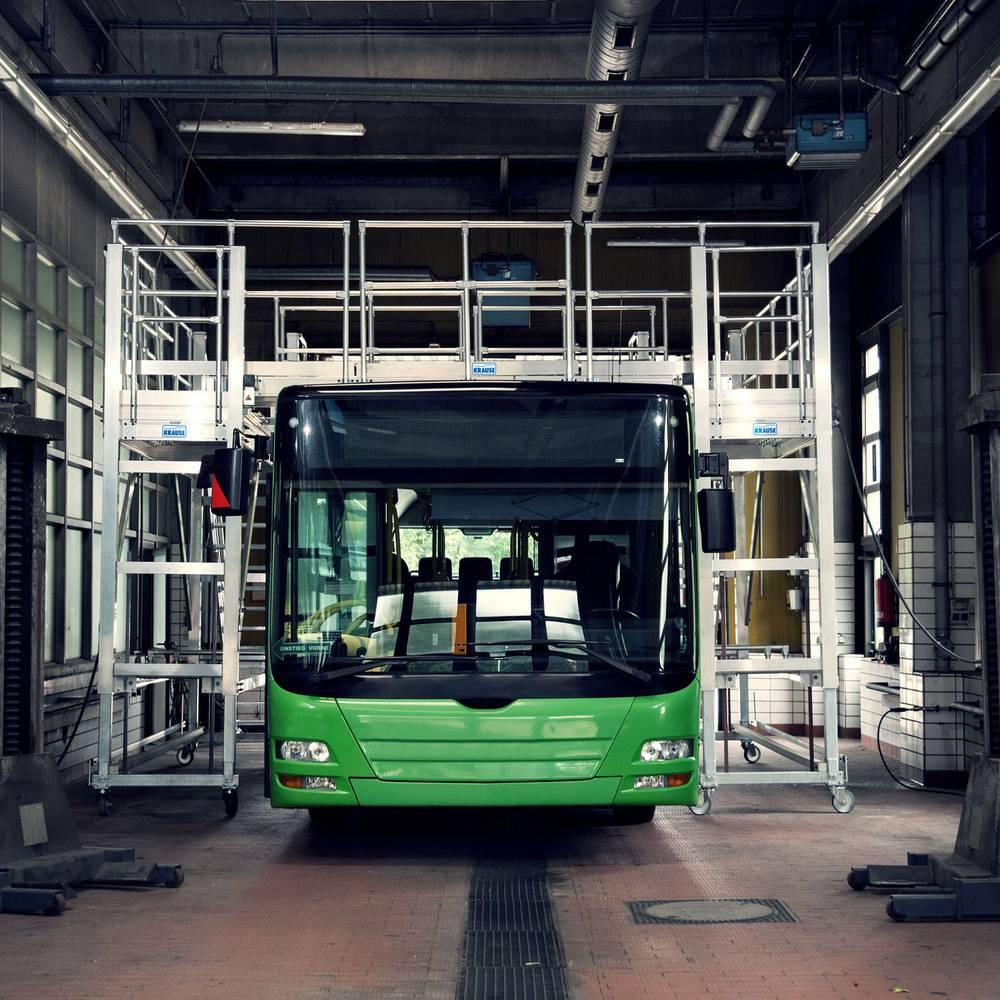 Fahrbare Arbeitsbühne zur Wartung von Bussen