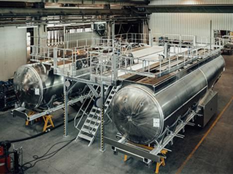 Doppel-Arbeitsbühne mit Treppenzugang zur Tankwagenproduktion