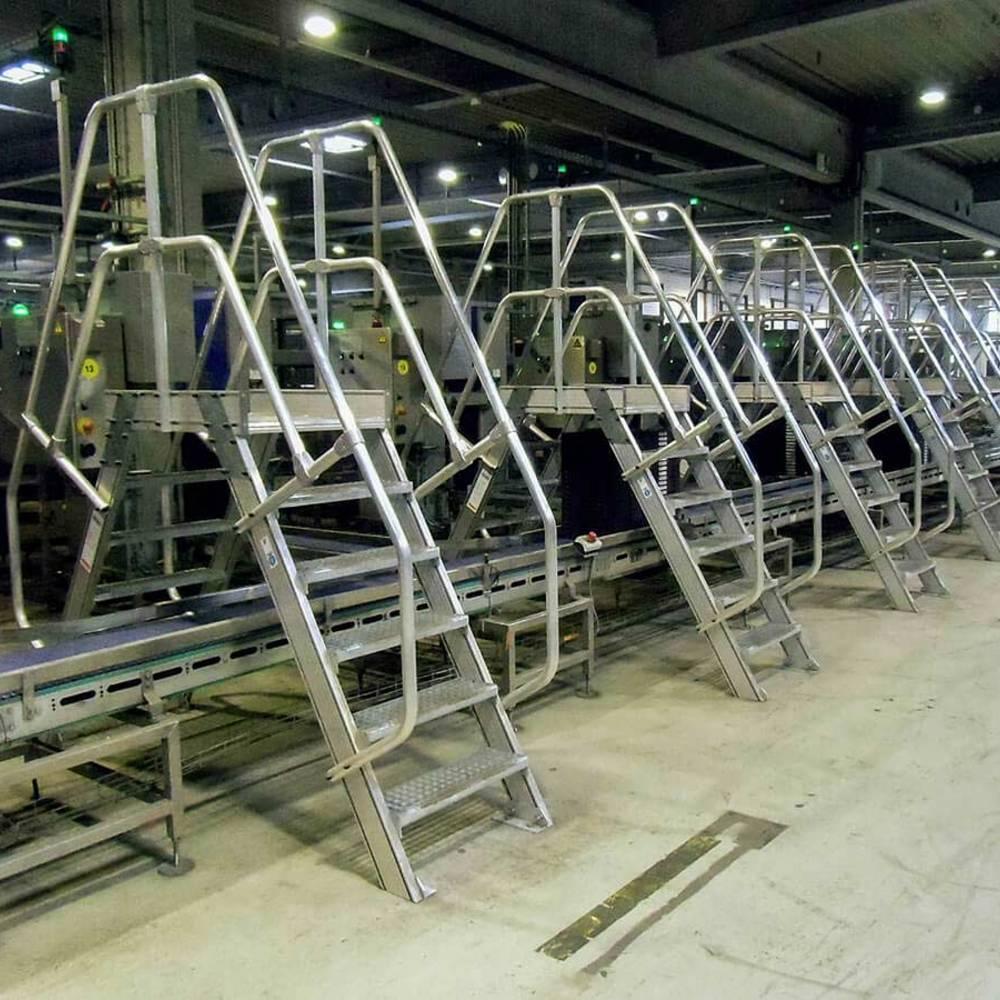 Mehrere Überstiege an einer Produktionsanlage