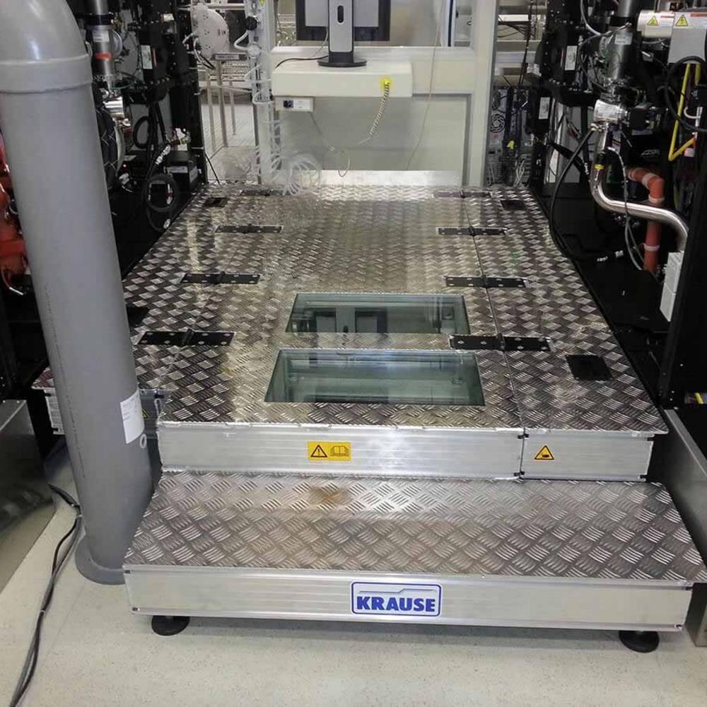 Stationäre Arbeitsbühne zur Maschinenbedienung passt sich der Technik des Auftraggebers an.