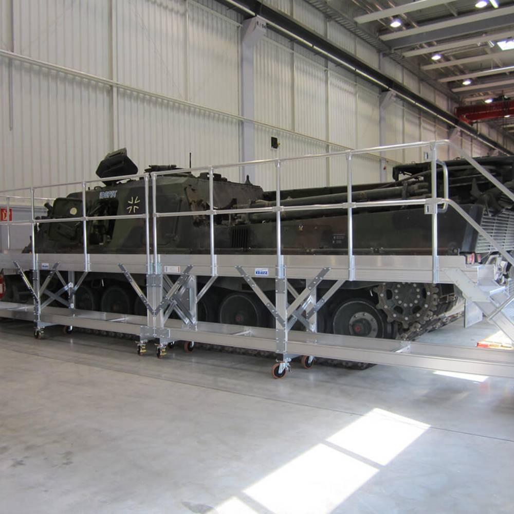 Fahrbare Arbeitsbühne zur Wartung von Panzerfahrzeugen