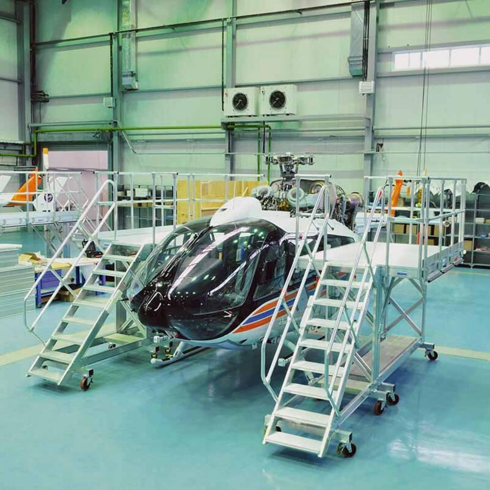 Fahrbare Arbeitsbühne zur Wartung von Helikoptern