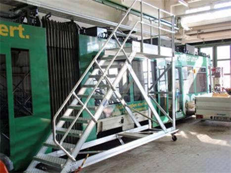 Eine fahrbare Podesttreppe als Zugang zu einer Straßenbahn