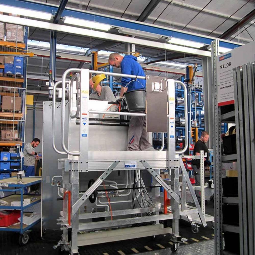 Mitfahrende Arbeitsbühne in der Fließbandproduktion
