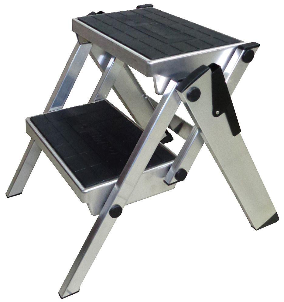 Klapptreppe. Robuste zusammenkllappbare Aluminium-Treppe mit großen gummierten Stufen für sicheren Auf- und Abstieg sowie bequemenm Stand für die unterschiedlichsten Tätigkeiten.