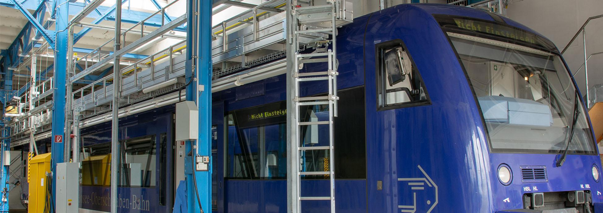 Dacharbeitsstand mit elektrischen Ausschüben und Treppenzugang