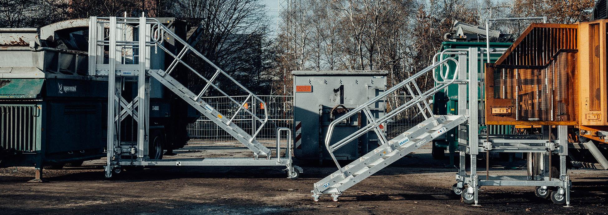 Fahrbare und höhenverstellbare Arbeitsplattformen mit Treppenaufgang
