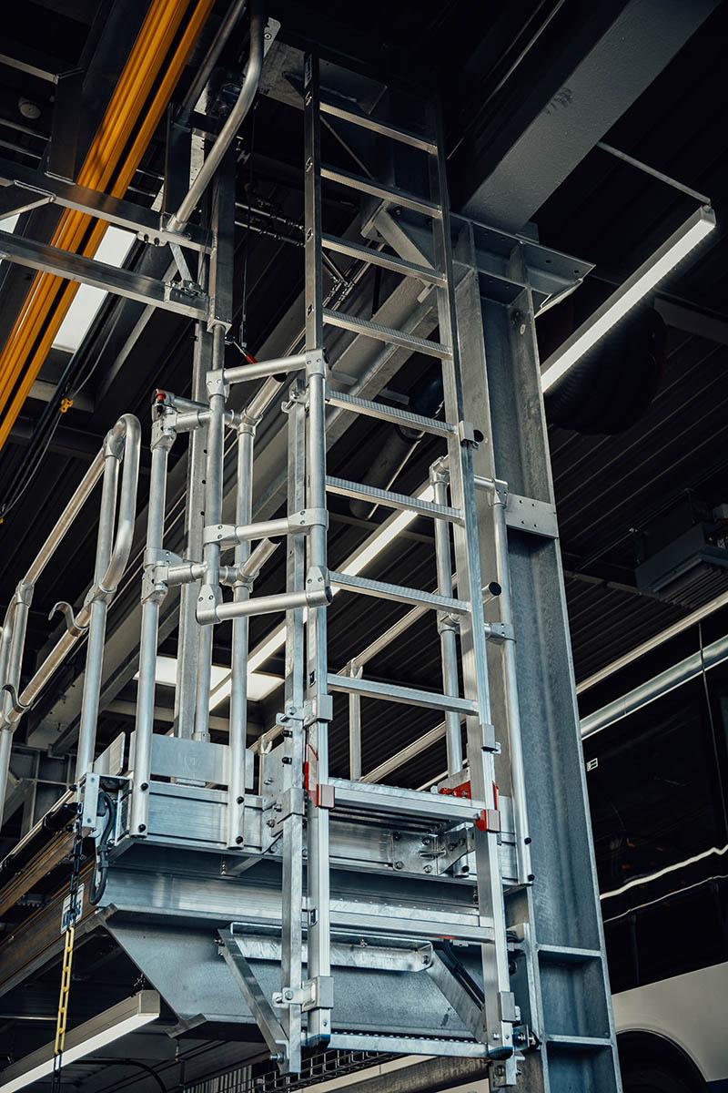 Die Notfallleiter an den beiden Konstruktionsseiten ohne Treppe